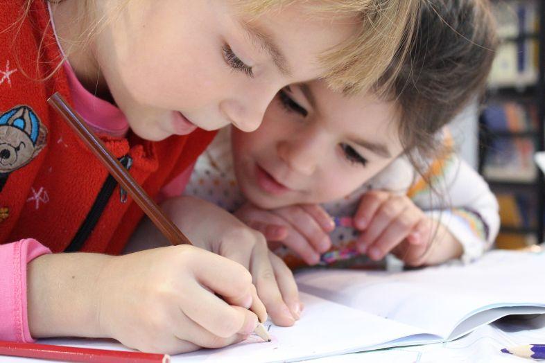 Już 6-letnie dziewczynki wierzą w stereotypy płci, które będą ograniczać je przez całe życie
