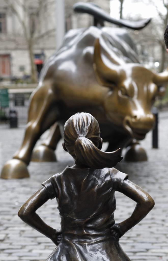 rzeźba nieustraszonej dziewczynki w nowym jorku