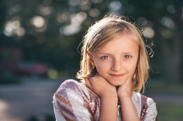 """Różnice płci: Emocjonalne dziewczynki i agresywni chłopcy. Jak """"kształtujemy"""" emocjonalność dzieci"""