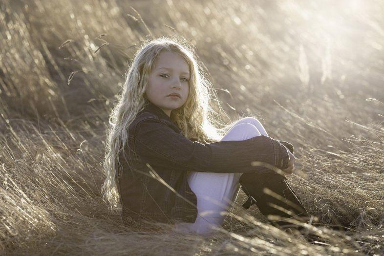 """Lęk to nowa nieśmiałość. Czy """"nieśmiałość"""" dziewczynek trzeba na siłę zmieniać?"""