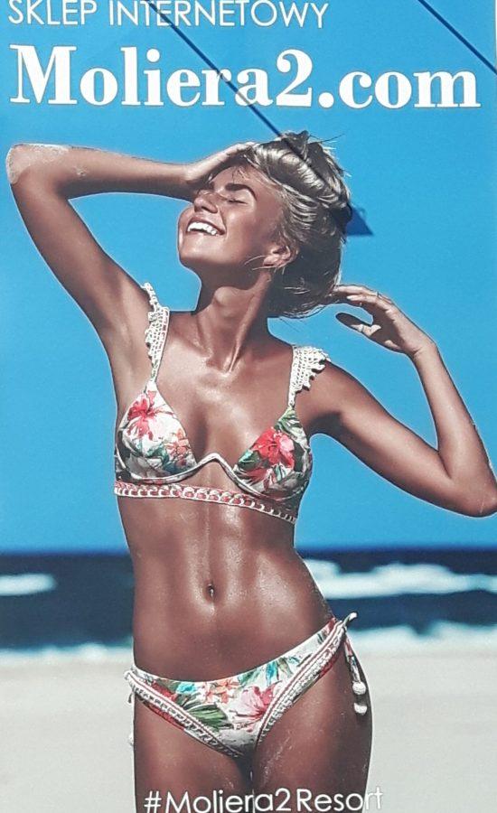 kobieta w kostiumie kąpielowym na billboardzie